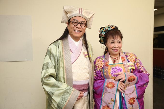 Hai diễn viên thử trang phục tại đài TVB.