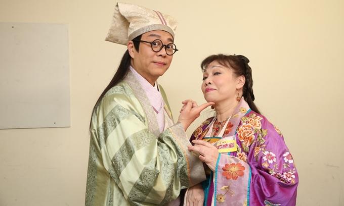 Âu Dương Chấn Hoa tái hiện hình ảnh nhân vật Chúc Chi Sơn, tạo dáng hài hước với diễn viên Hứa Thi Mẫn.