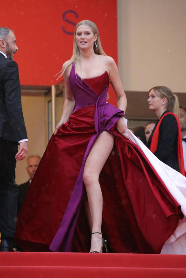 Toni Garrn gây chú ý trên thảm đỏ Cannes ngày thứ 7 với bộ đầm lộng lẫy khoe chân dài.