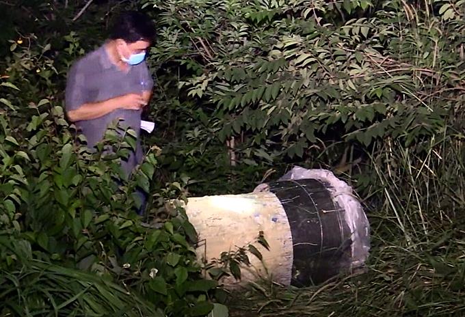 Bình nhựa chứa thi thể Linh được tìm thấy ở khuôn viên nhà. Ảnh: Nguyệt Triều