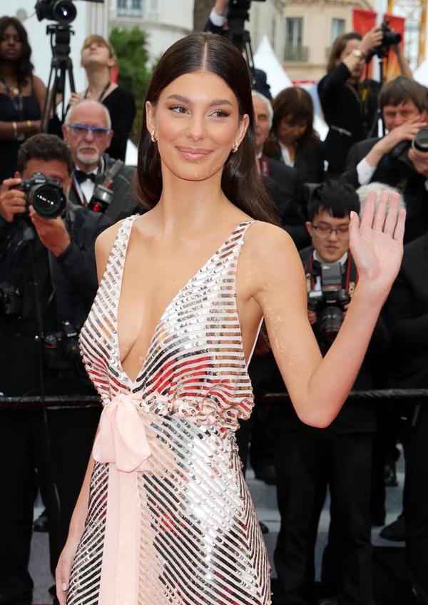 Người mẫu kiêm diễn viên 21 tuổi củaArgentina đang phát triển sự nghiệp tại Hollywood. Cô kémLeonardo DiCaprio tới 23 tuổi. Thậm chí mẹ của Camila- nữ diễn viênLucila Sola - cũng ít hơn Leo 5 tuổi.