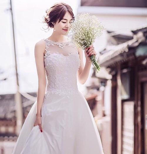Linh Chi mặc váy cưới khiến fan đồn đoán sắp theo Lâm Vinh Hải về dinh.