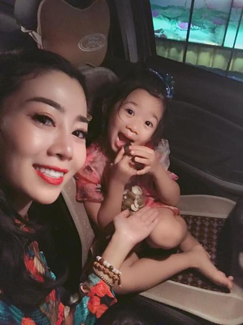 Bé Lavie - con gái Mai Phương - cũng đi cùng mẹ trong chuyến biểu diễn.