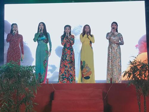 Mai Phương biểu diễn cùng Kha Ly và nhiều nghệ sĩ khác.