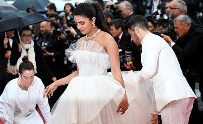Chồng trẻ nâng váy, che ô cho Hoa hậu Thế giới trên thảm đỏ Cannes - 2
