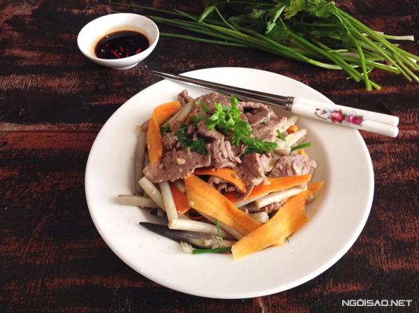 Thịt bò kết hợp với ngó sen làm món ăn sẽ có hương vị mới, hấp dẫn và lạ miệng vô cùng. Thế là chúng ta sẽ có thêm một món ăn cơm lạ miệng để thay đổi khẩu vị trong buổi cơm.