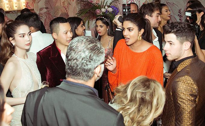 [Caption Ngọc Trinh, Quỳnh Hương và Vũ Khắc Tiệp đã có dịp gặp gỡ và trò chuyện cùng vợ chồng diễn viên, ca sĩ nổi tiếng thế giới là Priyanka Chopra và chồng điển trai ca sĩ Nick Jonas