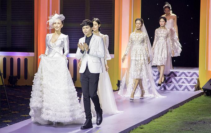 Nhà thiết kế Phan Quốc An cùng dàn mẫu ra chào khán giả khi kết thúc tiết mục.