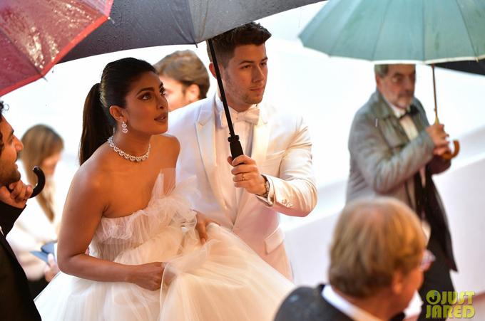 Từ khi kết hôn vào tháng 12 năm ngoái, hoa hậu 36 tuổi và nam ca sĩ 26 tuổi luôn quấn quýt bên nhau trong mọi sự kiện. Sau khi hoàn tất công việc tại Mỹ, Nick Jonas nhanh chóng bay sang Pháp hôm 17/5 để tháp tùng vợ đến thảm đỏ Cannes và song hành bên cô trong các hoạt động bên lề.