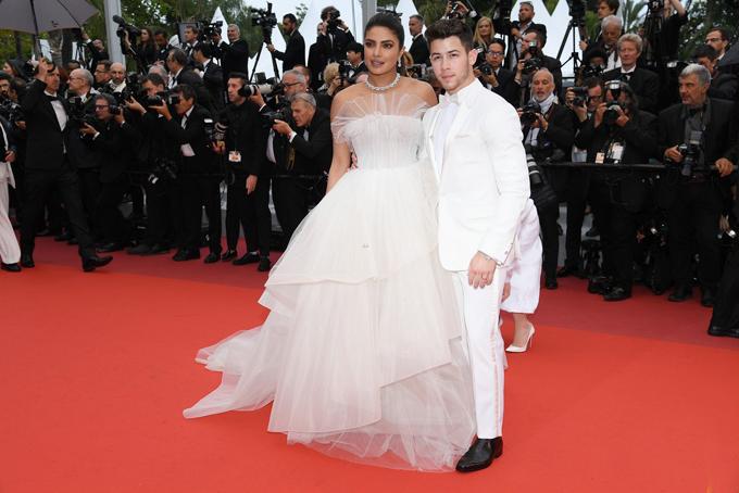 Hoa hậu Thế giới 2000 Priyanka Chopra và ông xã Nick Jonas tới tham dự buổi công chiếu bộ phimLes Plus Belles Annees D'Une Vie của điện ảnh Pháp tại liên hoan phim chiều thứ 6. Cặp đôi mặc đồ trắng ton sur ton, nổi bật trên thảm đỏ.