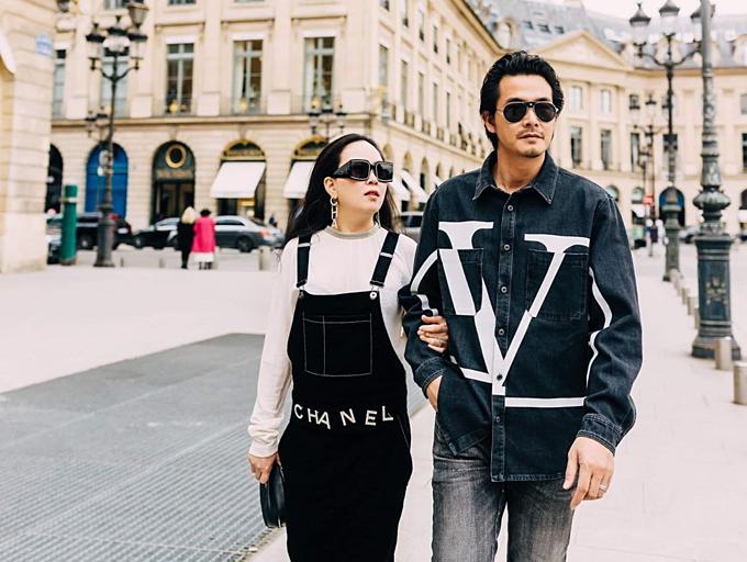 Diễn viên Quách Ngọc Ngoan hạnh phúc sánh đôi bạn gái Phượng Chanel trên đường phố Paris.