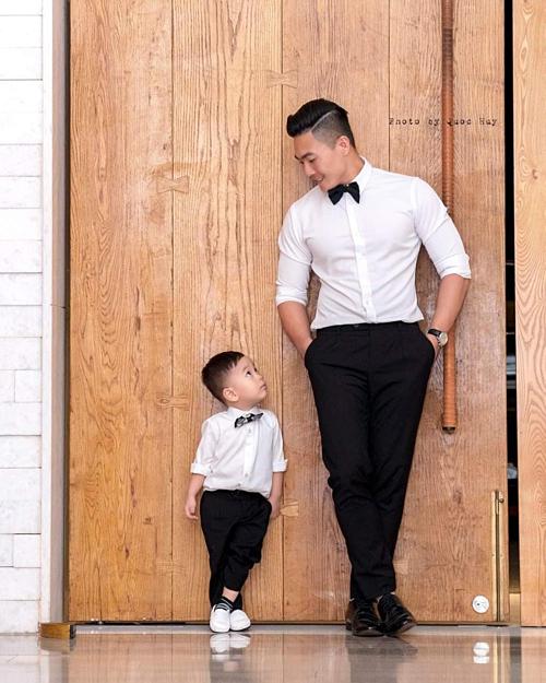 Con trai Quốc Cơ bắt chước bố từ style ăn mặc đến cách tạo dáng.
