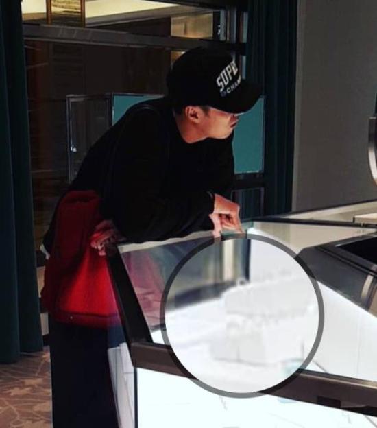So Ji Sub đi mua nhẫn hồi tháng 4.