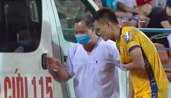 Minh Tùng lên xe đi bệnh viện kiểm tra chấn thương.