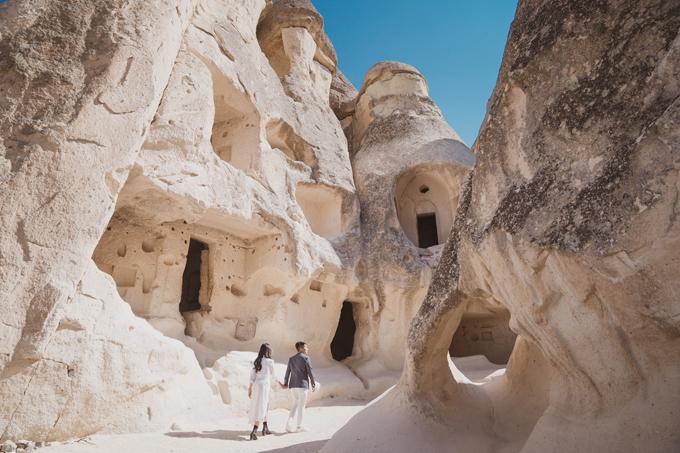 Cappadocia được biết đến là nơi tổ chức bay khinh khí cầu đẹp quanh năm với cảnh quan đặc biệt có thung lũng, hẻm núi và những tảng đá hình thù khác lạ. Sở dĩ các hốc đá có hình dạng ấy vì thuở xa xưa, các nhà truyền đạo Kito giáo đã tới để đào khoét đá, xây dựng tu viện, nhà thờ, nhà ở trong các hốc núi.