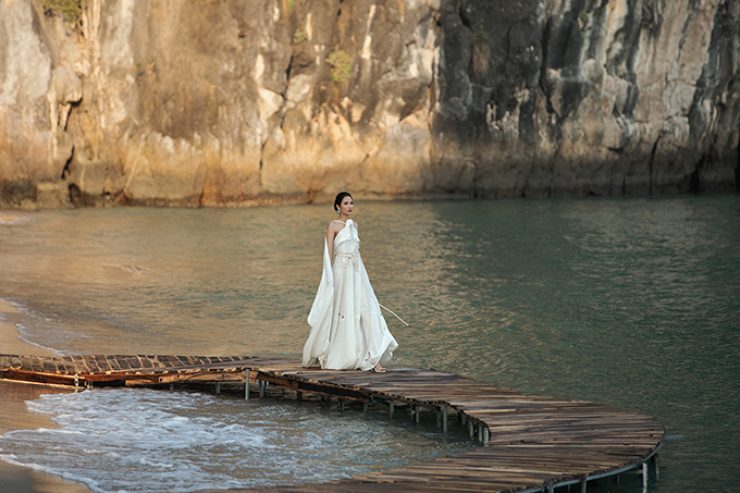 Chiều tối 18/5, trong khuôn khổ show diễn Fashion Voyage – Lạc giữa kỳ quanmùa 2 do đạo diễn Long Kan khởi xướng, thực hiện tại bãi Bàn Chân,vịnh Hạ Long,Lâm Gia Khang giới thiệu bộ sưu tậpCruise 2019.
