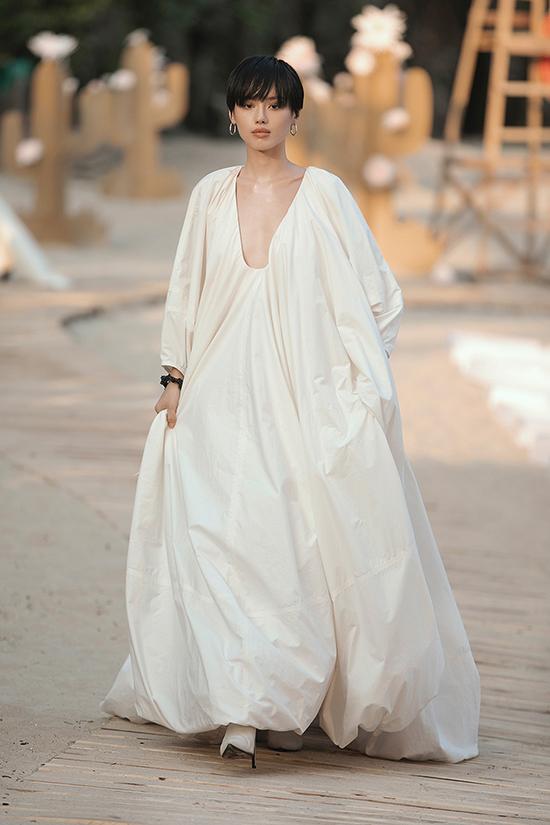 Khánh Linh The Face giữ vai trò vedette trong show diễn của Lâm Gia Khang lần này. Nàng fashionista 9X khiến các khách mời bất ngờ khi diện bộ cánh phồng xòe khoét ngực sâu gợi cảm.