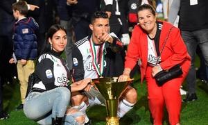 Mẹ và bạn gái xuống sân mừng C. Ronaldo vô địch Serie A