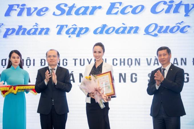 Bà Vũ Ngọc Anh - Phó giám đốc kinh doanh bất động sảnvà marketing của Five Star International Group nhận giải thưởng.
