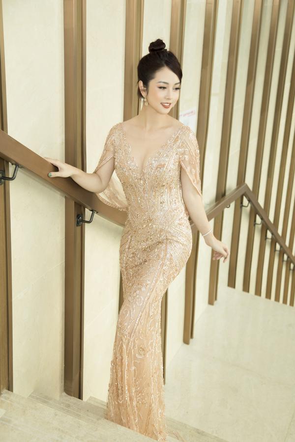 Hoa hậu Jennifer Phạm toát lên vẻ sang trọng với bộ đầm ánh kim đính kết tinh xảo do NTK Hoàng Hải thực hiện.