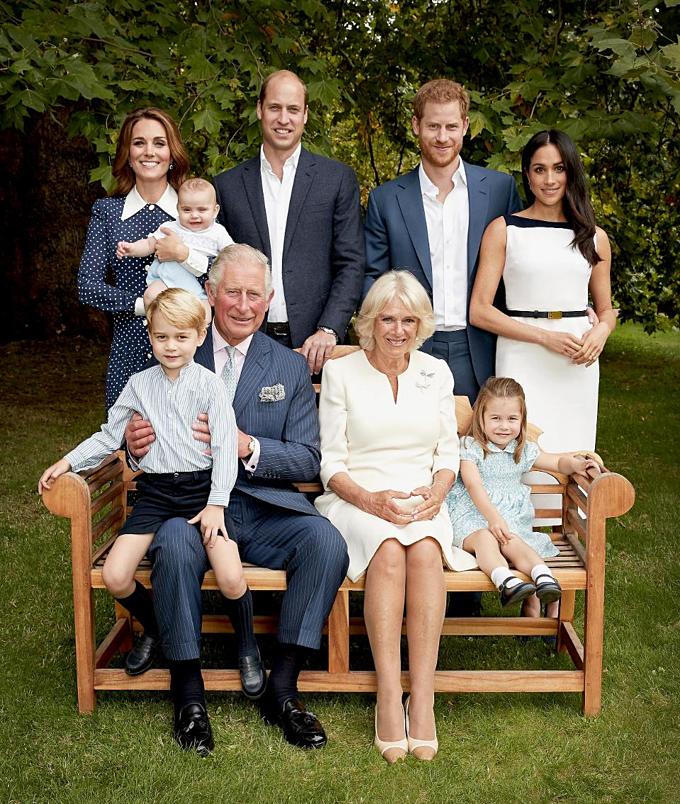 Thái tử Charles (hàng dưới, bế cháu), vợ và con cháu Hoàng gia được quỹ tín thác bất động sảnDuchy of Cornwall chu cấp. Ảnh:Chris Jackson.