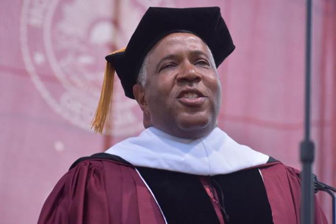 Tỷ phúRobert F. Smith phát biểu trong lễ tốt nghiệp của sinh viên trường Morehouse khóa 2019. Ảnh: CNN.
