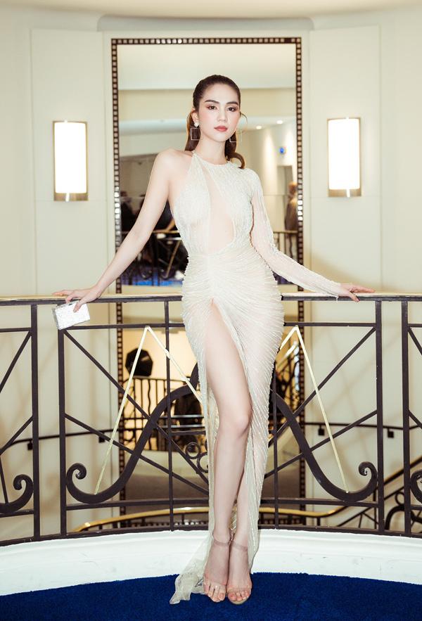 Mẫu váy xuyên thấu xẻ cao của Lê Thanh Hòa giúp Ngọc Trinh phô diễn đường cong tại buổi tiệc do một nhãn hàng tổ chức ở Cannes, Pháp.