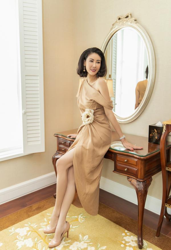 Hoa hậu Hà Kiều Anh đẹp nền nã với đầm linen của Đỗ Mạnh Cường ở tiệc sinh nhật mừng chị tròn 43 tuổi.