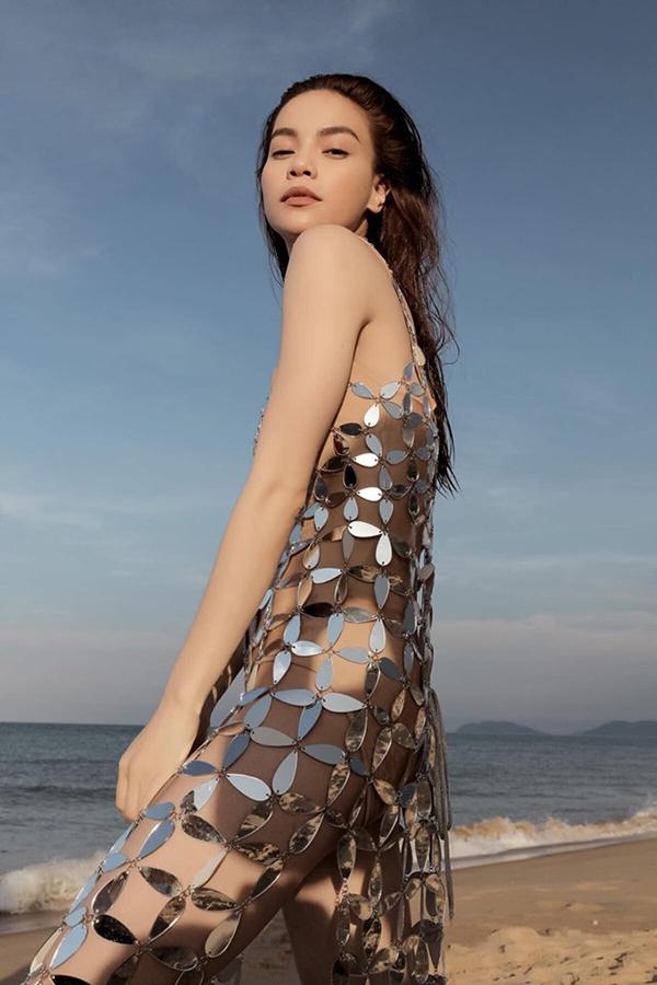 Hồ Ngọc Hà diện váy mica tráng gương của Kim Khanh khi quay MV Em muốn anh đưa em về vào tháng 8/2018.