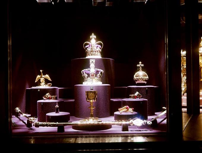 Vương miện thập giá, vương trượng, trái cầu, chén báu, vòng tay Hoàng gia Anh. Ảnh:gamma-keystone.