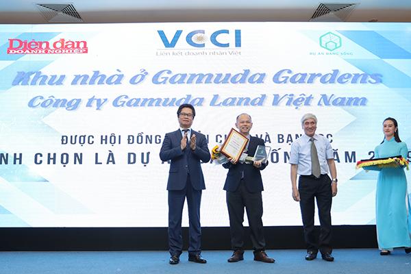 Ông Dennis Ng Teck Yow – Phó Tổng Giám Đốc Gamuda Land Việt Nam nhận Chứng nhận  Dự án đáng sống 2019
