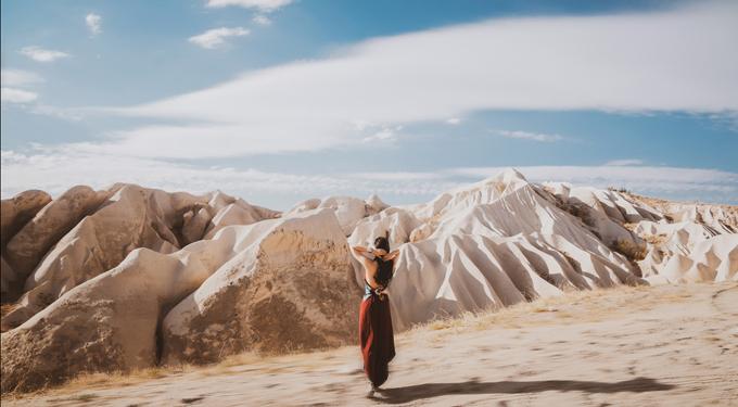 Bộ ảnh được thực hiện trong vòng 3 ngày tại các ngõ ngách của Cappadocia, hướng đếnsự tự nhiên, phóng khoáng và gần gũi. Cô dâu chú rể nên mang theotrang phục cưới và cả trang phục thường để bộ ảnh pre wedding (tiền đám cưới) có sựđa dạng và phong phú.