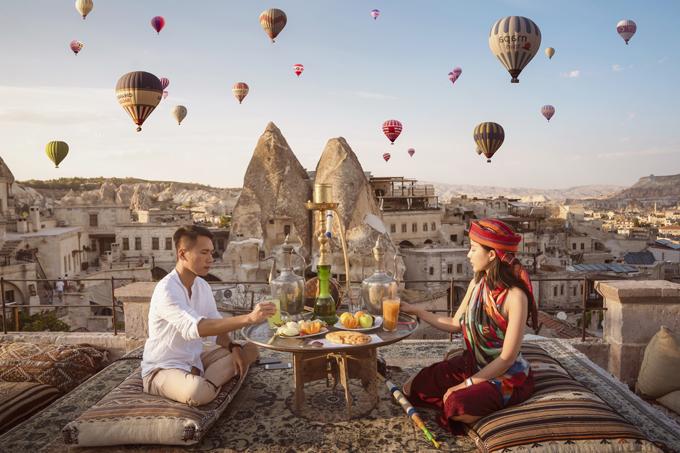 Nhiếp ảnh gia Viết Sơn gợi ý các cặp sắp cưới về địa điểm chụp hình pre wedding (tiền đám cưới) ởCappadocia, miền trung của Thổ Nhĩ Kỳ. Thung lũng Cappadocia được hình thành từ những lớp đá trầm tích và đá núi lửa,được tổ chức UNESCO công nhận là di sản thiên nhiên thế giới.