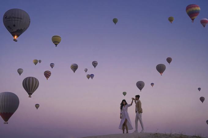 Bạn có thể kết hợp chụp ảnh và du lịch.Nếu không biết cách lên lịch trình và lo sợ không biết hết những điểm cần đi thì bạn nên tìm tới nhiếp ảnh gia có kinh nghiệm. Họ sẽ vừa là nhiếp ảnhvừa làhướng dẫn viên cho cô dâu, chú rể, Viết Sơn khuyên.