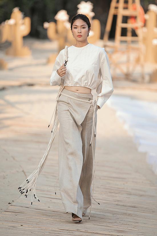 Những thiết kế tối giản, hiện đại nhưng cũng cầu kì đậm chất haute couture lấy cảm hứng từ cánh buồm trên biển như đầm dáng phồng trên nền xanh denim bụi bặm.
