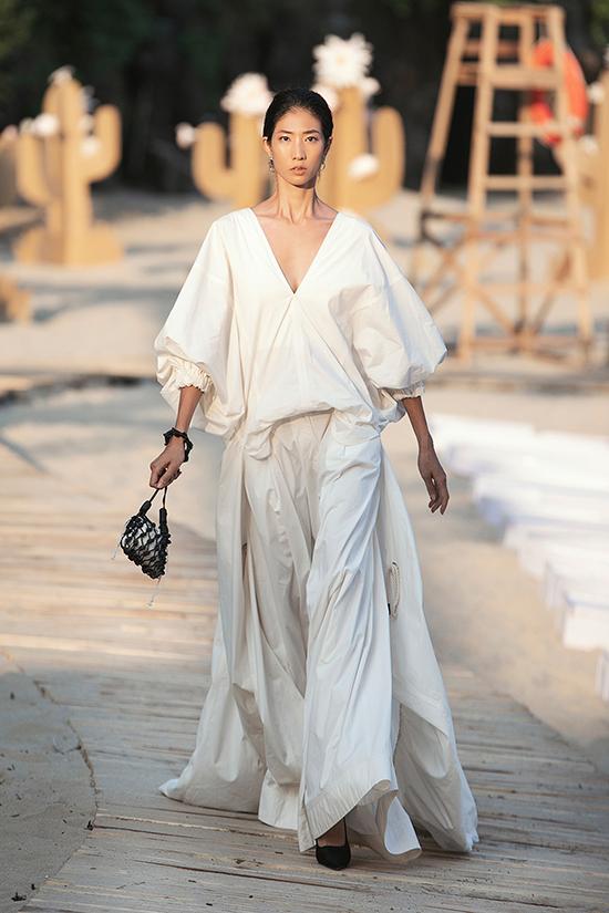 Giữ vai trò nhà thiết kế mở màn cho Fashion Voyage 2, Lâm Gia Khang thu hút sự chú ý của tất cả khách mời kể từ giây phút đầu tiên trình diễn BST.
