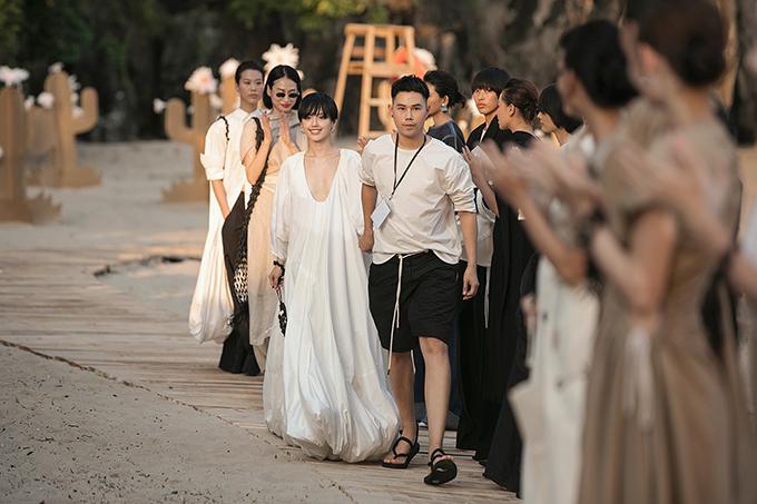 Lâm Gia Khang và các người mẫu trong màn chào kết.
