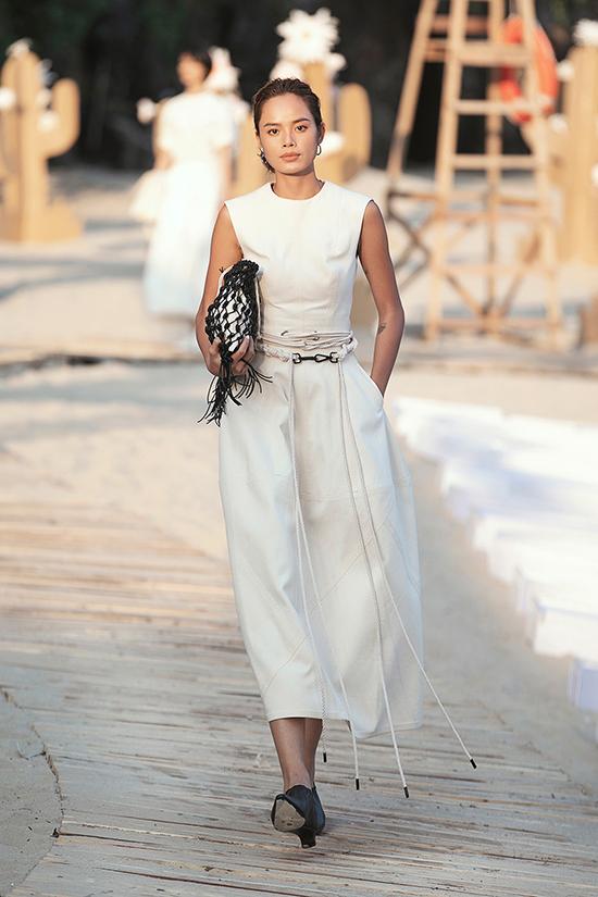 Những chi tiết dây thừng trên váy cũng gợi nên hình ảnh của một quý cô đang dạo chơi trong chuyến du ngoạn biển mùa hè.