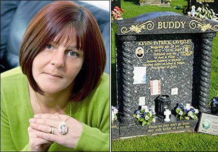 Chân dung cô dâu và mộ của chồng cô.