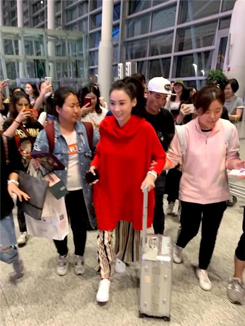 Bá Chi được khán giả thăm hỏi khi xuất hiện tại sân bay ở Hồ Namhôm 19/5.
