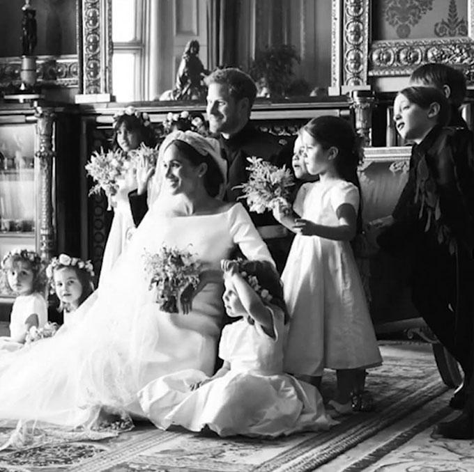 Công chúa Charlotte và Hoàng tử George cũng có mặt trong bức ảnh phù dâu, phù rể nhí của vợ chồng Harry - Meghan. Ảnh cắt từ video.