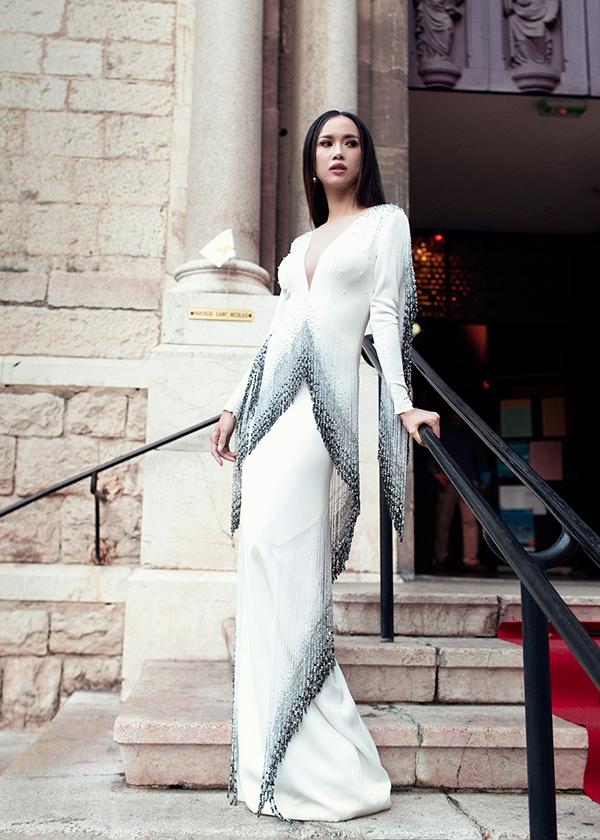 Hình ảnh của Vũ Ngọc Anh ở Liên hoan phim Canes 2017 được chú ý trở lại bởi chính cô và nhà thiết kế Lê Thanh Hoà bị Alexxis Malille tố copy mẫu váy dòng thời trang cao cấp.