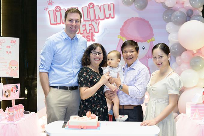 Lina trong vòng tay của bố mẹ và người thân.
