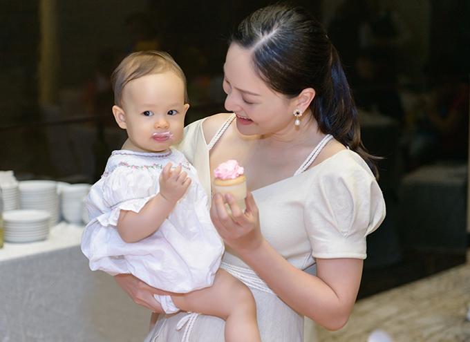 Bé Lina được bú sữa mẹ hoàn toàn từ khi chào đời. Lan Phương kể, cô đi đâu cũng mang theo máy hút sữa, để đảm bảo đủ sữa cho con gái sử dụng mỗi ngày. Nữ diễn viên hiện đóng vai chính trong phim Nàng dâu order.