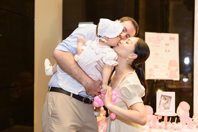 Vợ chồng Lan Phương hôn con gái trong lần sinh nhật đầu tiên.
