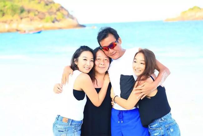 Người đàn ông duy nhất trong nhà bên vợ và hai cô con gái.