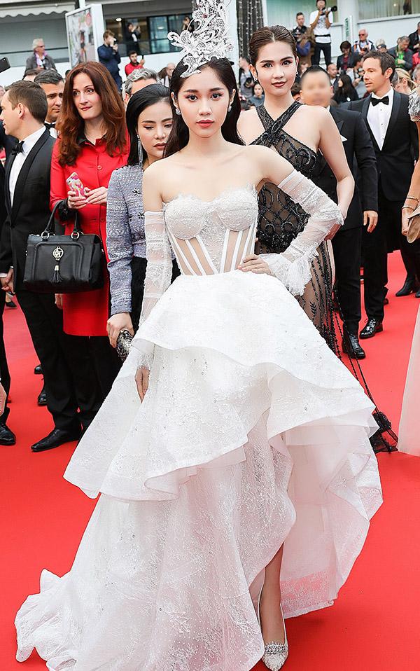 Diễn viên Quỳnh Hương lần thứ hai có dịp dự LHP Cannes. Cô khoe vẻ gợi cảm trong thiết kế mang hơi hướng cổ điển của Huy Trần.