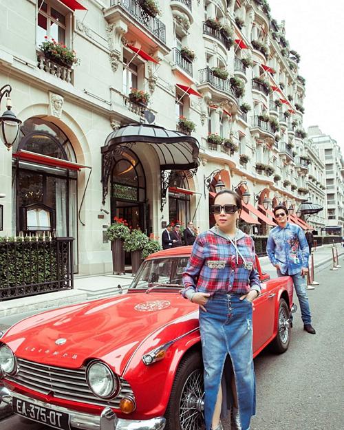 Quách Ngọc Ngoan và bạn gái diện đồ ton sur ton trên đường phố Paris.