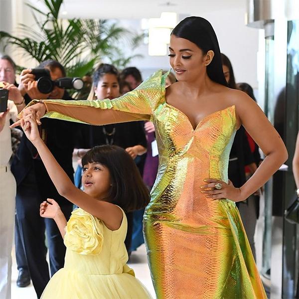 Aishwarya Rai có cô con gái duy nhất với tài tử Bollywood, Abhishek Bachchan. Cô chúa nhỏ thừa hưởng nhan sắc của mẹ, càng lớn càng xinh đẹp hơn.