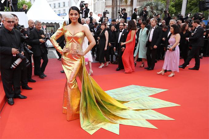 Aishwarya Rai sau đó lên thảm đỏ một mình để xem buổi chiếu phim A Hidden Life.